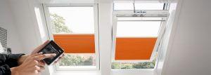 velux-solarfenster-wabenplisse-controlpad-hand-1280x458